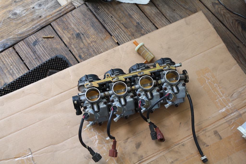Decided to do some work on my 99 ZX6r, clean carbs, change spark plugs-pictures-carbs-out.jpg